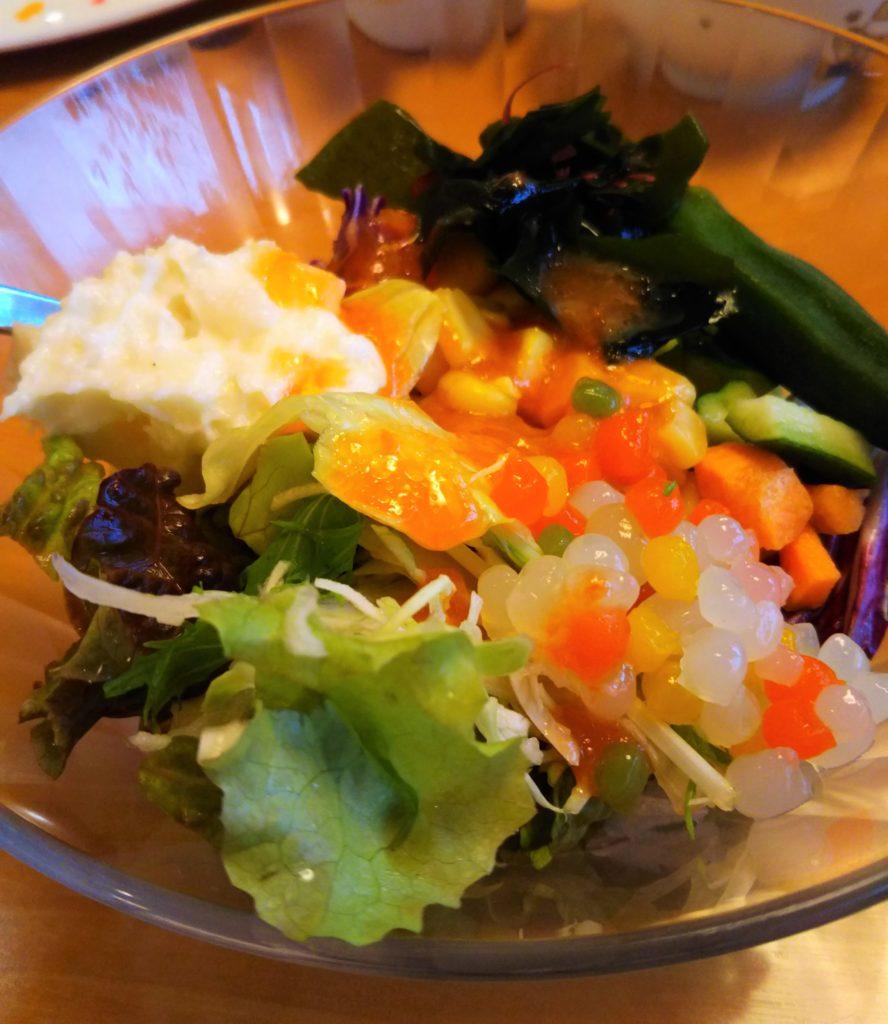 ステーキ宮サラダ盛りつけ