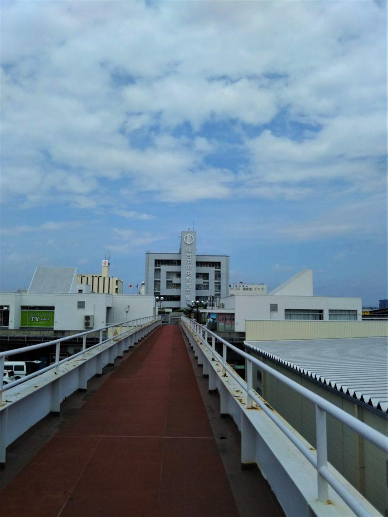 仙台市中央卸売市場食堂街へと続く歩道橋